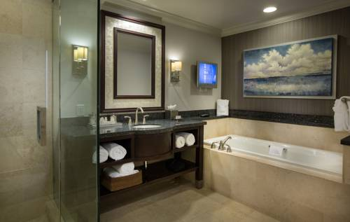 Courtyard-Marriott-Fort-Lauderdale-Beach-bathroom