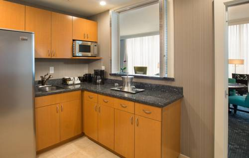 Courtyard-Marriott-Fort-Lauderdale-Beach-kitchen