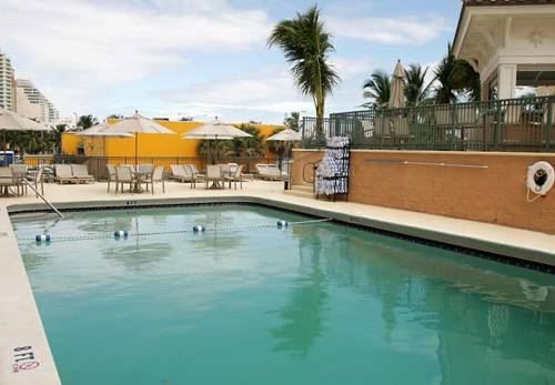 Courtyard-Marriott-Fort-Lauderdale-Beach-pool