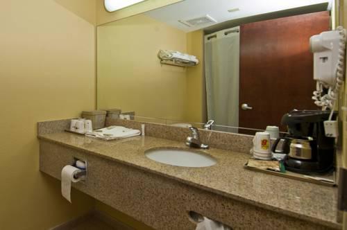 super-8-dania-fort-lauderdale-airport-bathroom